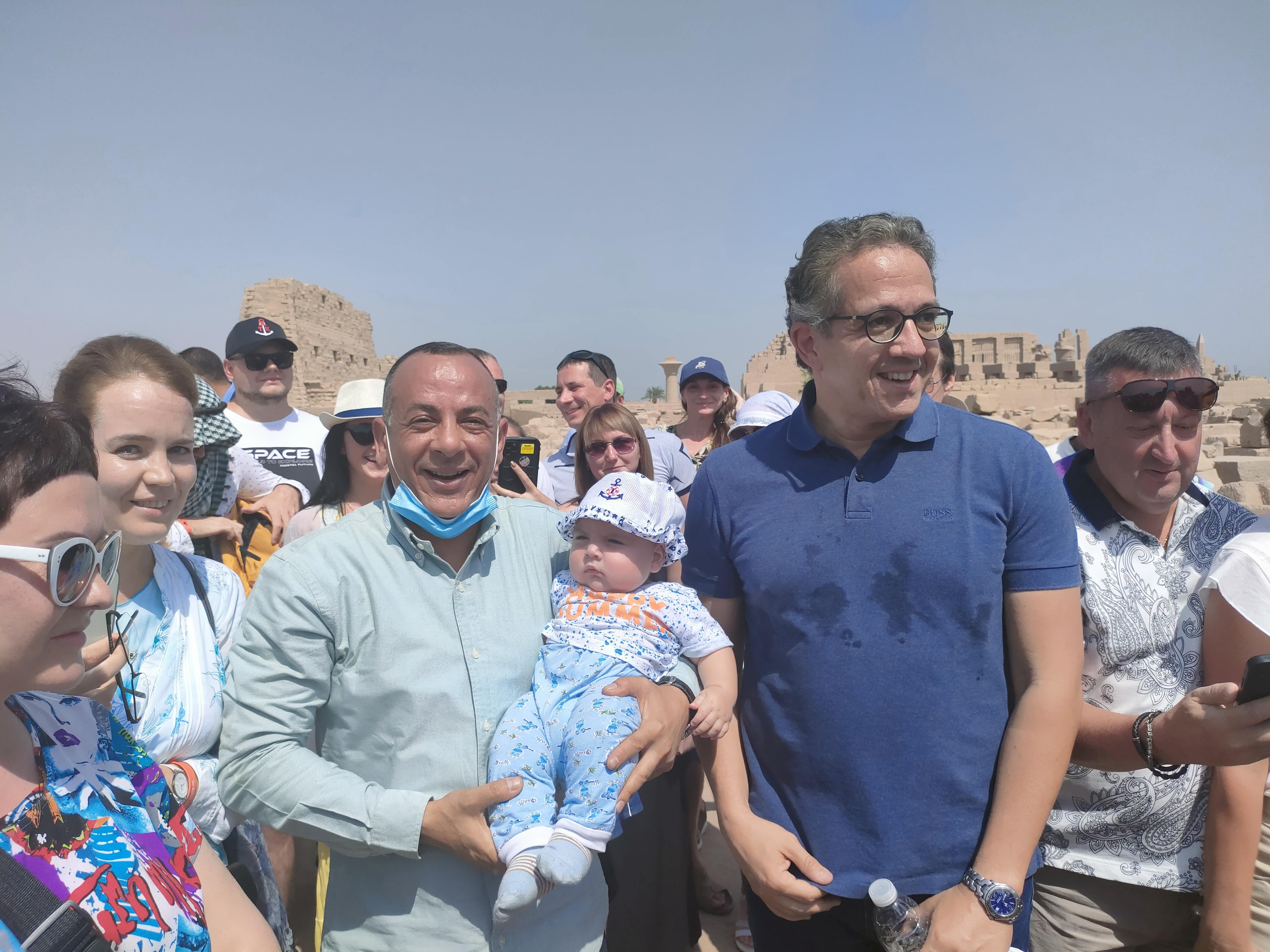 الطفل الاوكرانى رمضان مع وزير السياحة (3)