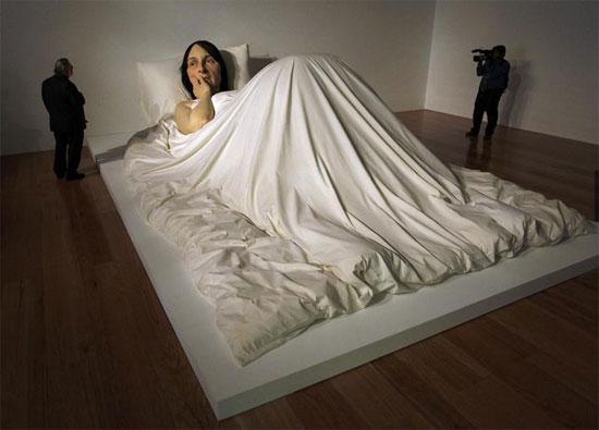 النحت بعنوان في السرير للنحات رون مويك في متحف الفن المعاصر