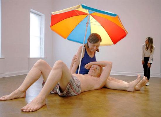 تمثال بعنوان زوجان تحت مظلة للفنان الأسترالي رون مويك