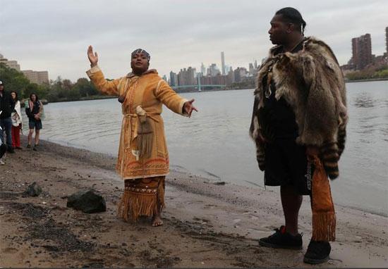 حفل مياه شروق الشمس الأصلي على شاطئ جزيرة راندال والنهر الشرقي في مدينة نيويورك.