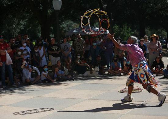 رقصة طوقية خلال حدث للاحتفال بيوم الشعوب الأصلية في تكساس