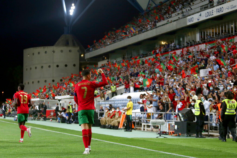 كريستيانو رونالدو يحتفل مع جماهير البرتغال