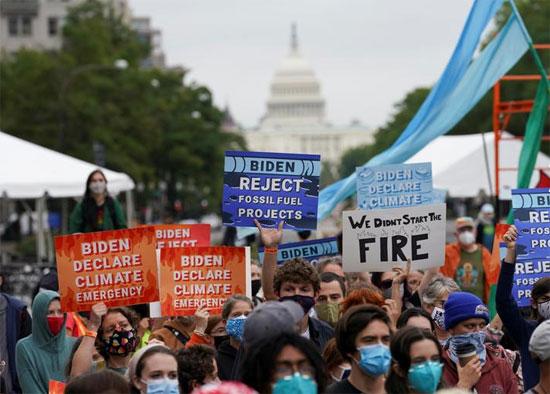 الناس يتظاهرون خلال احتجاج على تغير المناخ في يوم الشعوب الأصلية في واشنطن