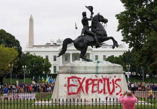 تمثال الرئيس الأمريكي أندرو جاكسون خلال تظاهر الناس على تغير المناخ في يوم السكان الأصليين ،