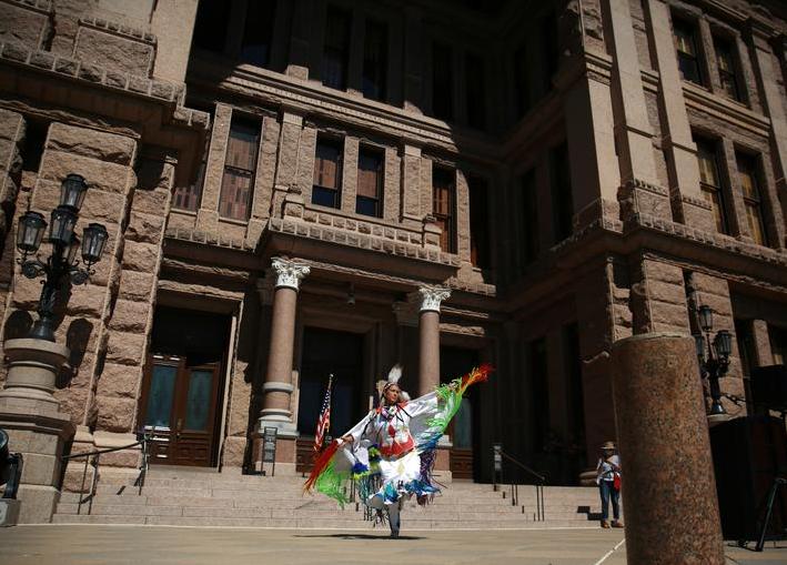 رقصة فاخرة خلال حدث للاحتفال بيوم الشعوب الأصلية في أراضي الكابيتول في أوستن ، تكساس