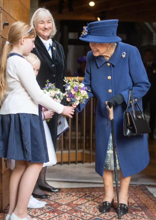 الملكة اليزابيث تستخدم عصا
