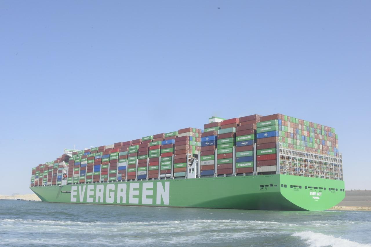 عبور أكبر سفينة حاويات فى العالم لقناة السويس (7)