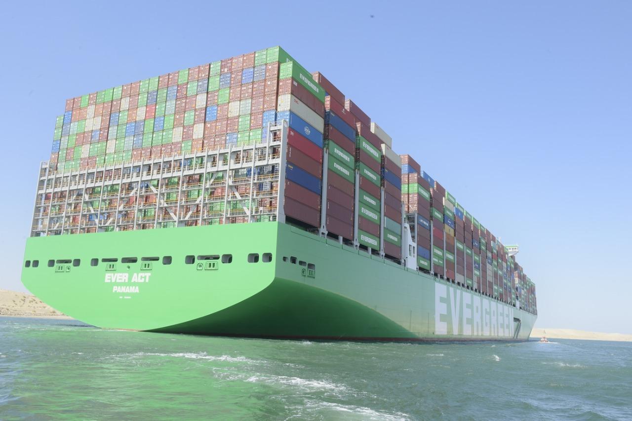 عبور أكبر سفينة حاويات فى العالم لقناة السويس (1)