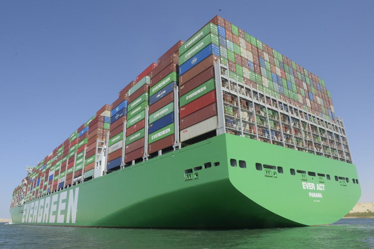 عبور أكبر سفينة حاويات فى العالم لقناة السويس (4)