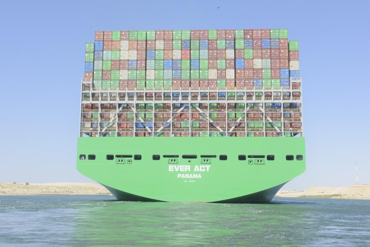 عبور أكبر سفينة حاويات فى العالم لقناة السويس (3)