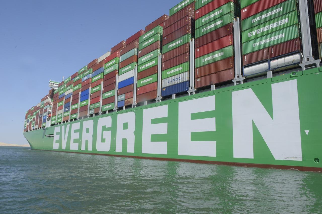عبور أكبر سفينة حاويات فى العالم لقناة السويس (6)