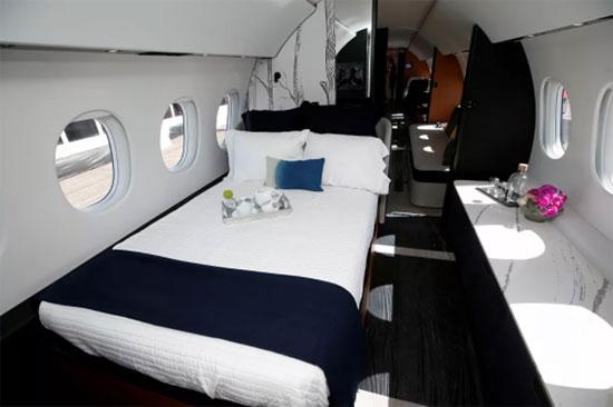 صورة داخل غرفة نوم لطائرة رجال الأعمال من طراز Dassault Aviation Falcon 10X في مطار هندرسون خلال مؤتمر ومعرض طيران