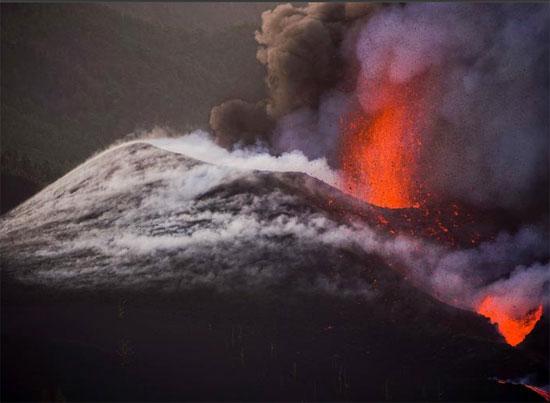 ينفث بركان كومبر فيجا حممًا ودخانًا مع استمرار ثورانه في جزيرة لا بالما