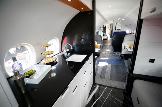منظر داخل نموذج لطائرة رجال الأعمال من طراز Dassault Aviation Falcon 10X في مطار
