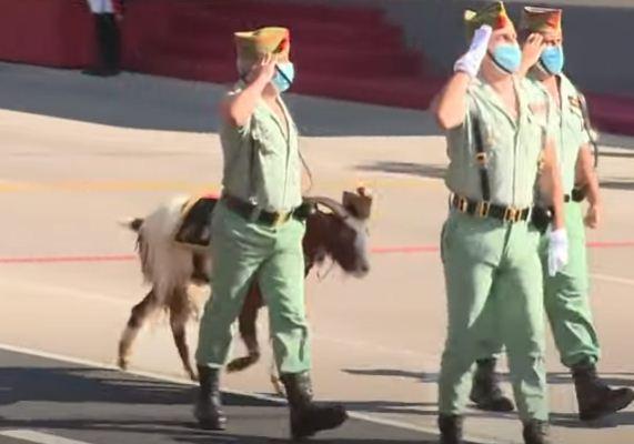 جنود يسيرون بالمعاذ