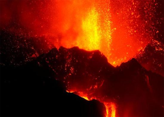 يواصل بركان كومبر فيجا اندلاعه في جزيرة لا بالما الكناري