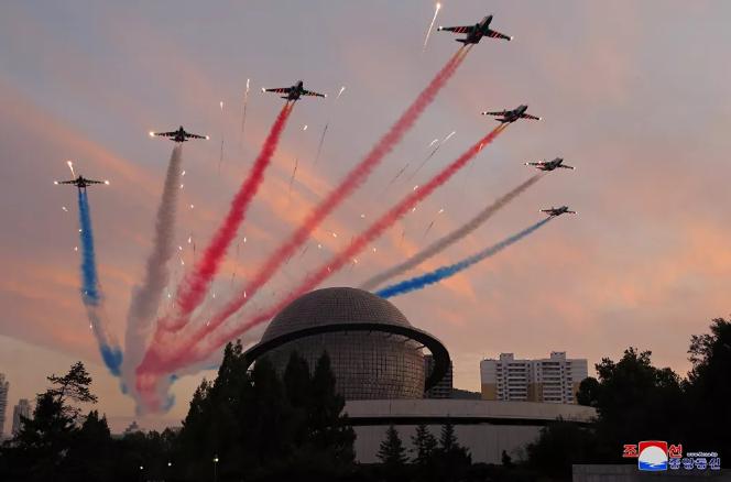 عرض فرقة الاستعراض العسكري الجوي خلال افتتاح معرض تطوير الدفاع