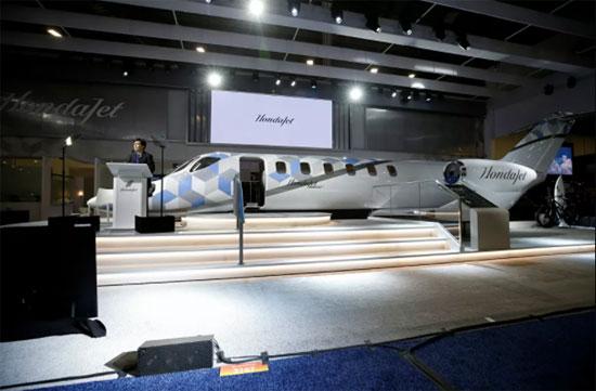 ميشيماسا فوجينو، الرئيس والمدير التنفيذي لشركة هوندا للطائرات، يكشف النقاب عن نموذج لطائرة HondaJet 2600، خلال مؤتمر