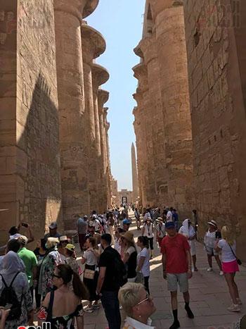 السياح يزورون صالة الأعمدة الكبرى بالكرون