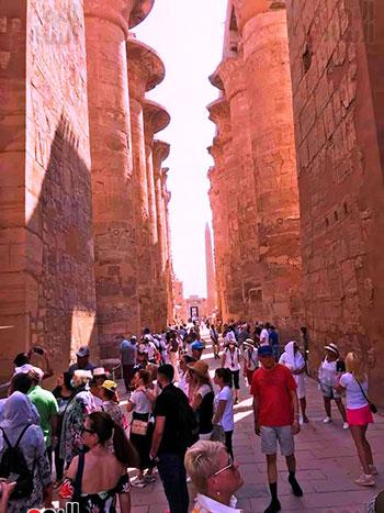 السياح-يزورون-صالة-الأعمدة-الكبرى-بالكرون