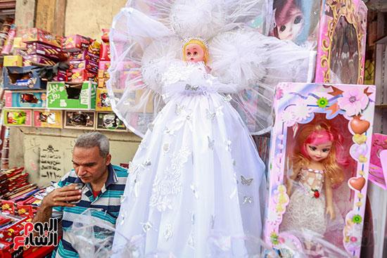 عروسة المولد بالفستان الأبيض