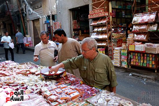 إقبال المواطنين على شراء حلوى المولد النبوى