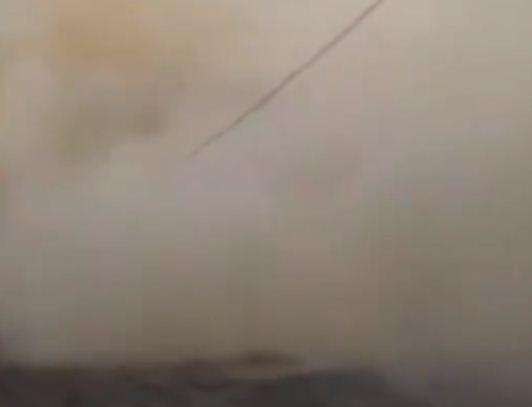 دخان كثيف من اثار المبنى
