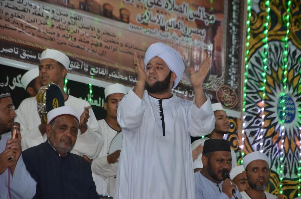 الشيخ حسين البيومي قائد الفرقة بالحفل