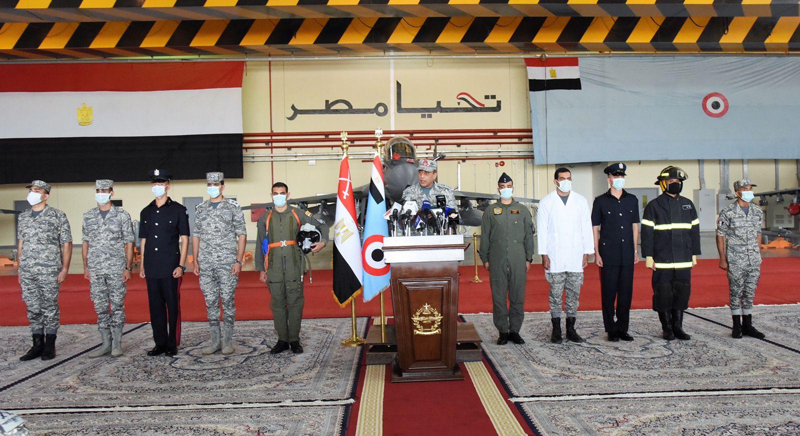 القوات الجوية تنفذ عروضا فى سماء مصر (1)