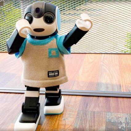 روبوت يرتدى زي حديث