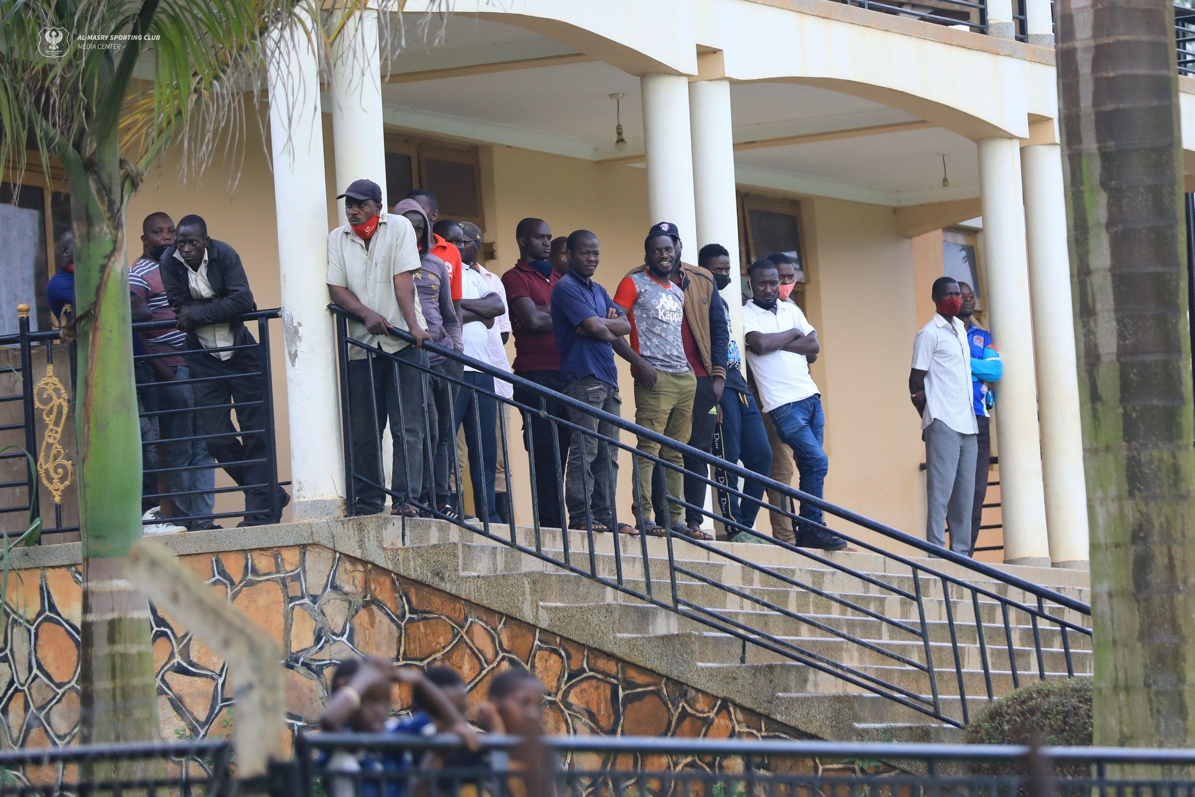 الجماهير الأوغندية تتابع مران المصري في كامبالا (1)