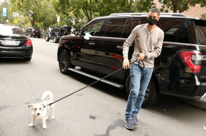 نائل نصار يسير بجوار كلبة
