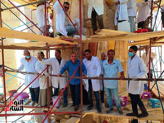الدكتور-مصطفى-وزيري-مع-فريق-الترميم-بالكرنك