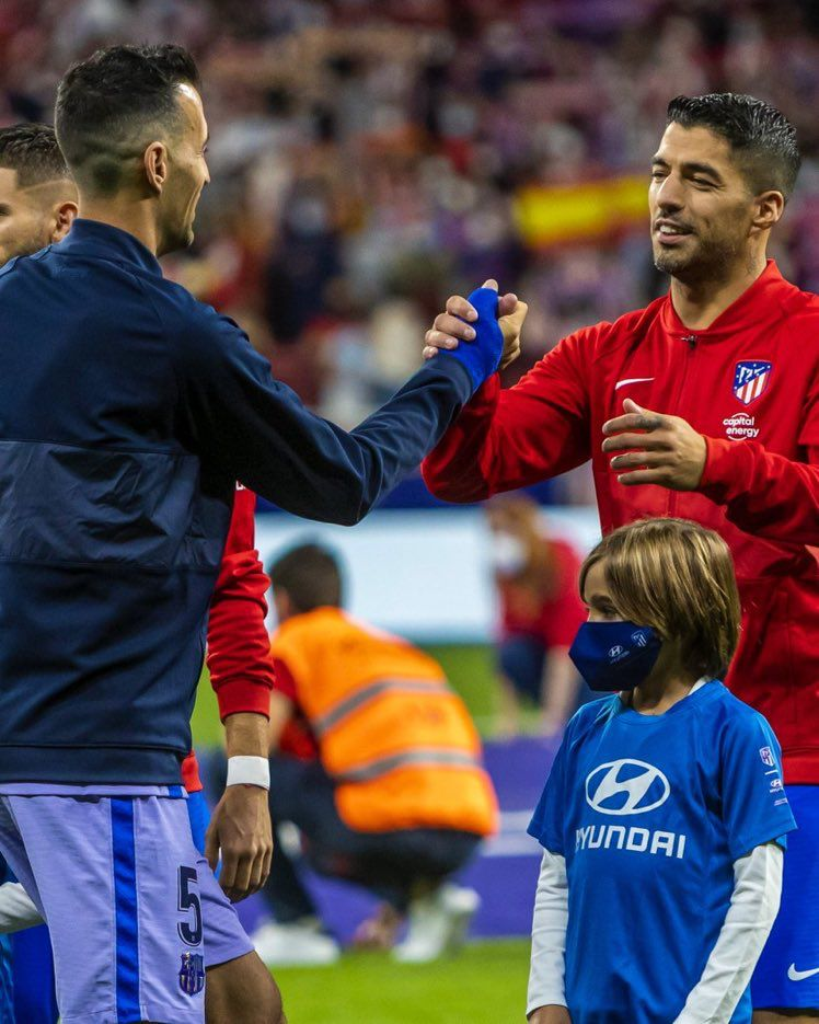 Suarez shakes hands with Busquets before kick-off