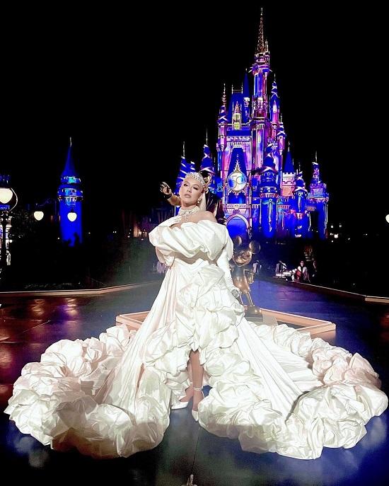 كريستينا أجيليرا بفستان ضخم وتاج ماسي في الذكرى الخمسين لـ والت ديزني (2)
