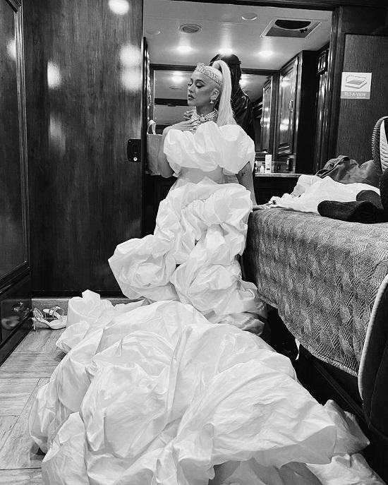 Christina Aguilera in a voluminous dress and a diamond tiara on Walt Disney's 50th Anniversary (3)