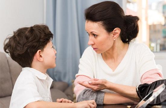 التحدث مع الطفل