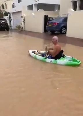 الرجل يسبح فى مياة اغرقت الشوارع