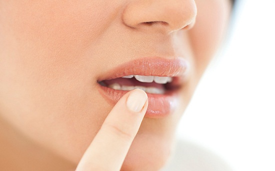 Natural ways to moisturize dry lips