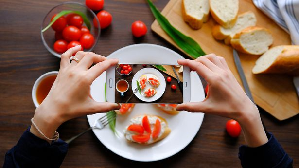 0_Hands-girl-bloggers-take-pictures-of-Breakfast-with-your-smartphone-Sandwiches-healthy-organic-pro