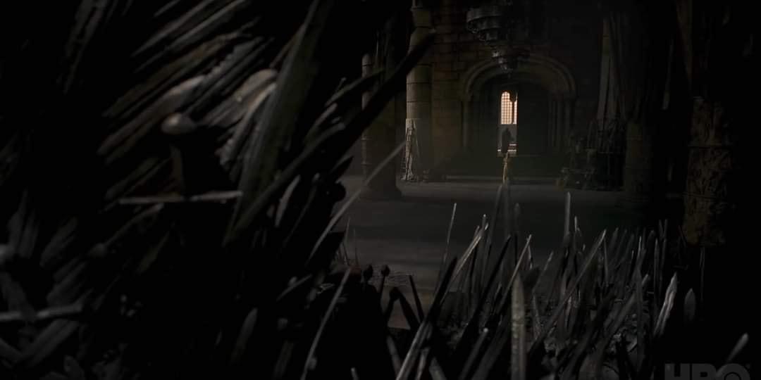 السيوف الضخمة بجوار العرش