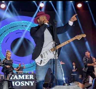 تامر حسني يعزف علي الجيتار في حفله بالاردن