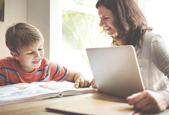 طفل يذاكر مع والدته