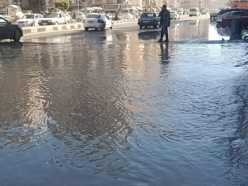 غرق شارع العبور بسبب كسر ماسورة المياه