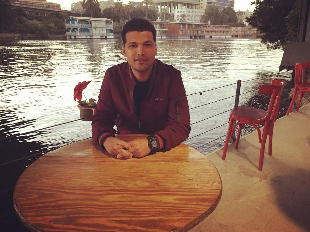 محمود عبد الله يبحث عن أسرته