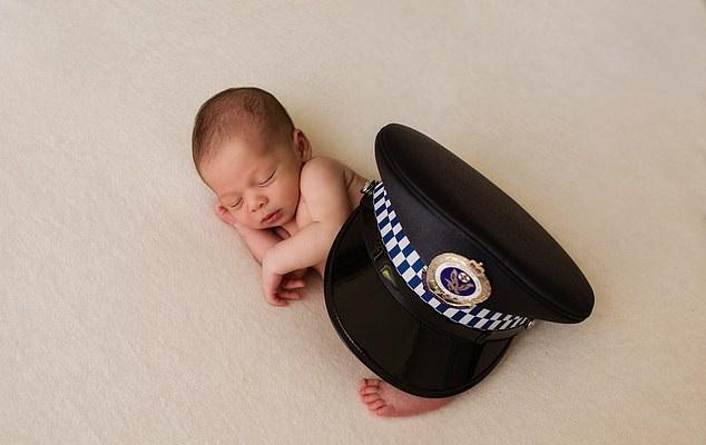 فوتوسيشن لطفل رضيعًا مع قبعة والده الشرطى المتوفى بأستراليا (2)
