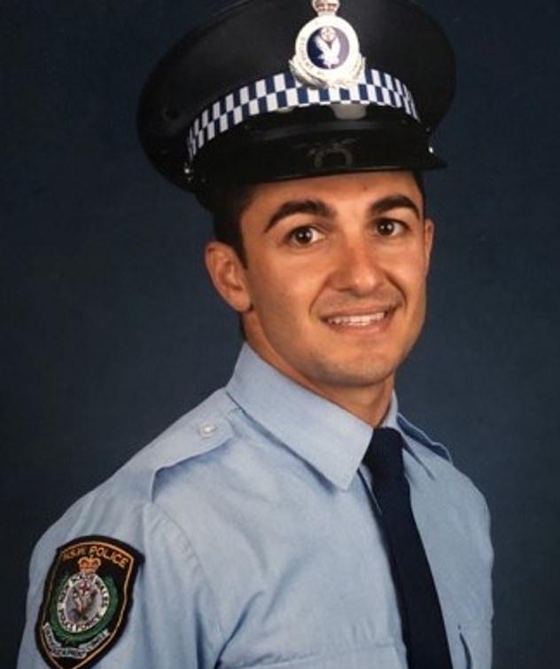 فوتوسيشن لطفل رضيعًا مع قبعة والده الشرطى المتوفى بأستراليا (1)