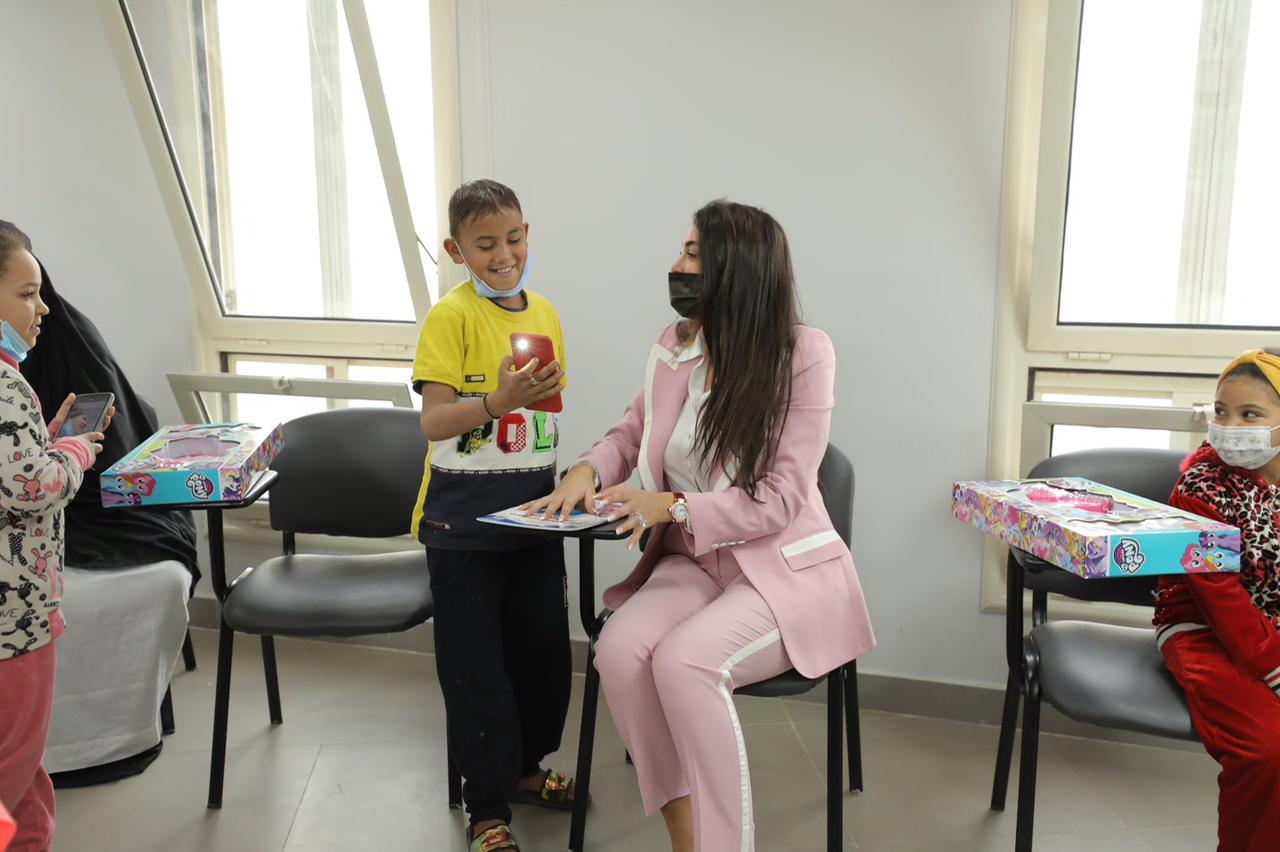 الفنانة ياسمين صبري فى زيارة للمستشفى