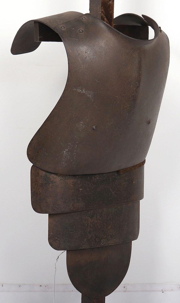 درع فولاذى من العصور الوسطى معرض للبيع بألفين أسترلينى  (3)