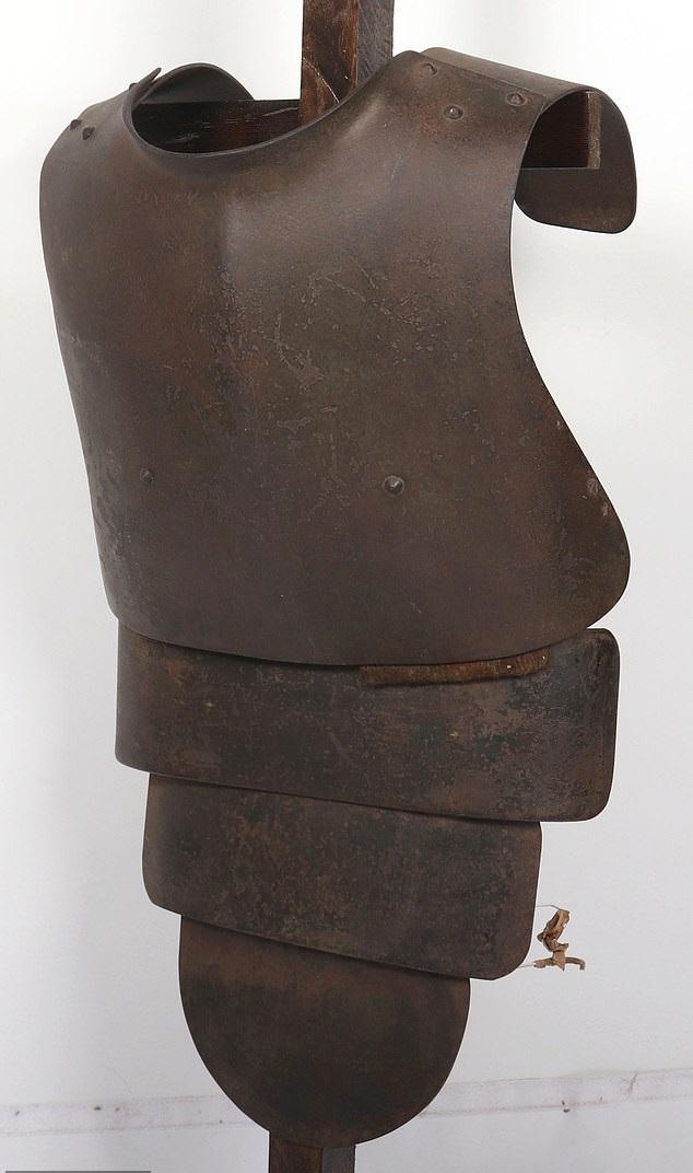 درع فولاذى من العصور الوسطى معرض للبيع بألفين أسترلينى  (2)